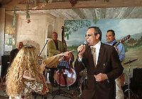 "Europe/France/Provence-Alpes-Côte d'Azur/84/Vaucluse/Lourmarin : Guy Sammut le mari de Reine en chanteur Rock et Jazzy dans son Bistrot ""La Cour de Ferme"" rte de Cadenet [Non destiné à un usage publicitaire - Not intended for an advertising use]"