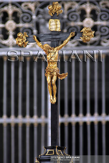 Crucifix; crocefisso; Croce; Cross; Altar; Pope Benedict XVI waves to the faithful during his weekly general audience in St. Peter's square at the Vatican, Wednesday April 22, 2009.