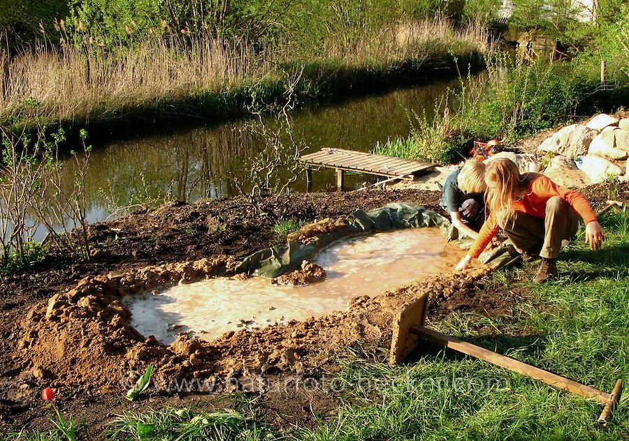 Lehmpfütze, Pfütze für Schwalben, Teichbau mit Lehm und Folie, Kinder bauen kleinen Teich, Schwalbe, Schwalbenhilfe, Mehlschwalbe, Rauchschwalbe, Mehlschwalben, Rauchschwalben, Naturgarten, Teichbau, Gartenteich. Loam puddle, puddle for swallows, pond construction with loam, children are building a small pond, swallow, swallows, swallow's help, natural garden