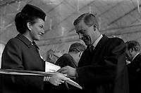 Ateliers Sud Aviation (Saint-Martin-du-Touch). 11 décembre 1967. Plan taille du ministre anglais de la Technologie Anthony Neil Wedgwood Benn remettant les ciseaux ayant servit à découper le ruban officiel dans un coffret, à côté de lui une hôtesse tient le coffret. Cliché pris lors de la présentation officielle du prototype français du Concorde.