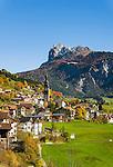 Italy, South Tyrol (Trentino-Alto Adige), Val di Funes: San Pietro with parish church   Italien, Suedtirol (Trentino-Alto Adige), Villnoesstal: St. Peter mit Pfarrkirche St. Peter und Paul