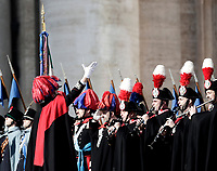 "La Banda dei Carabinieri in alta uniforme si esibisce prima della Benedizione Urbi et Orbi impartita da Papa Francesco in occasione del Natale, dalla loggia centrale della Basilica di San Pietro, Citta' del Vaticano, 25 dicembre 2017.<br /> The Carabinieri Band performs before the ""Urbi et Orbi"" (""to the City and to the World)"" blessing delivered by Pope Francis on the occasion of the Christmas day from the central loggia of St. Peter's Basilica, Vatican, 25 December 2017.<br /> UPDATE IMAGES PRESS/Isabella Bonotto<br /> <br /> STRICTLY ONLY FOR EDITORIAL USE"