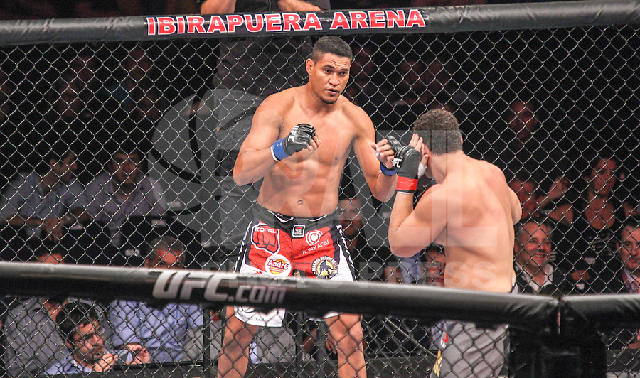 SAO PAULO, SP, 19 DE JANEIRO 2013 - UFC SAO PAULO - Lutadores Ildemar Marajó - BRA (azul) vs Wagner Caldeirão - BRA (vermelho) peso meio pesado durante UFC (Ultimate Fighting Champion) no Ginasio do Ibirapuera na noite deste sabado 19,regiao sul da cidade de Sao Paulo. FOTO: VANESSA CARVALHO - BRAZIL PHOTO PRESS.