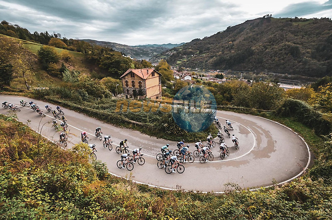 The peloton descend Alto del Padrún during Stage 12 of the Vuelta Espana 2020 running 109.4km from Pola de Laviana to Alto de l'Angliru, Spain. 1st November 2020. <br /> Picture: Unipublic/Charly Lopez | Cyclefile<br /> <br /> All photos usage must carry mandatory copyright credit (© Cyclefile | Unipublic/Charly Lopez)