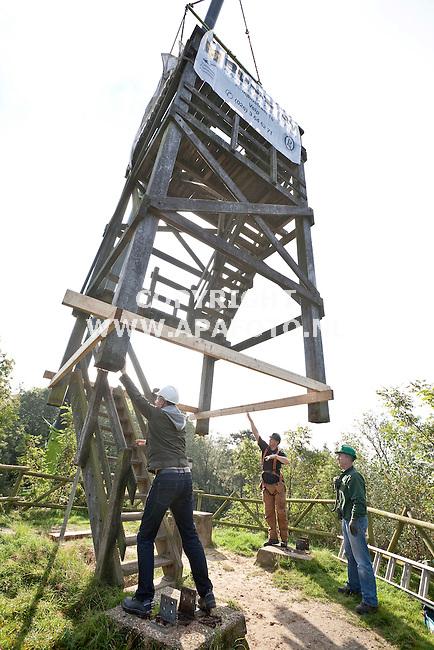 Velp,  190911<br /> Bume uit Velp takelt de Emma-Piramide van zijn plek. Op de plek komt 5 meter nieuwe toren, daarna wordt de oude er bovenop gezet zodat het uitzicht weer boven de bomen uitkomt.<br /> Foto: Sjef Prins - APA Foto