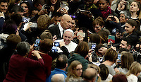 Papa Francesco arriva in Aula Paolo VI per tenere un'udienza speciale con le vittime del terremoto che ha colpito l'Italia centrale. Città del Vaticano, 5 gennaio 2017.<br />