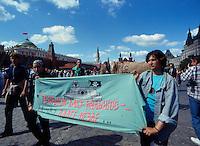 Mosca (Moscow) / Russia 31/8/1991.Giovani partecipano ad una manifestazione davanti alle mura del Cremlino a favore di Eltsin dopo i giorni del Golpe che sancirono la fine del Comunismo..Young people in a demonstration in front of the Kremlin wall in favor of Yeltsin after the days of the coup that sanctioned the end of Communism..Photo Livio Senigalliesi.