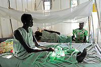 Afrika SUED-SUDAN  Bahr el Ghazal region , Lakes State, Mary Immaculate DOR Hospital der Comboni Missionare im Dinka Dorf Mapuordit , Mary Alek, 40 Jahre alt, aus Rumbek wird wegen Malaria behandelt / Africa SOUTH SUDAN  Bahr al Ghazal region , Lakes State, hospital of Comboni Missionaries in village Mapuordit, by Malaria affected women are treated in a ward