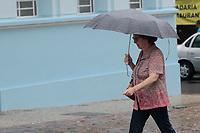 Campinas (SP), 10/02/2020 - Clima - Pedestres se protegem da chuva no centro da cidade de Campinas (SP), nesta segunda-feira (10).