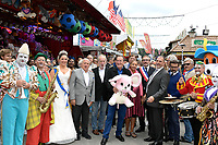 Jean-Pierre PERNAUT (parrain de la fete des loges) entoure des forains, Estelle MOSSELY (enceinte), Arnaud PERICARD (maire), Xavier SAGUET - INAUGURATION FETE DES LOGES SAINT-GERMAIN-EN-LAYE - 01/07/2017 - France
