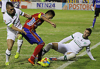 PASTO -COLOMBIA, 05-02-2014. Vladimir Marín (Izq) y Luis Calderón (Der) jugador del Deportivo Cali disputan el balón con Eder Ruales (C) del Deportivo Cali de la fecha 3 Liga Postobón I 2014 jugado en el estadio La Libertad de Pasto./ Vladimir Marín (L) and Luis Calderón (R) players of Deportivo Cali Victor Giraldo (R) del Deportivo Cali during 3rd date of Postobon  League I 2014 played at La Libertad stadium in Pasto. Photo: VizzorImage/STR