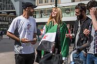 """Fahrradtour von Berlin nach Amsterdam fuer ein freies Syrien.<br /> Der syrische Anwalt aus Deir al Salam will mit seiner Fahrradtour unter dem Motto """"Advocate for free Syria"""" von Berlin nach Amsterdam ein Zeichen fuer Frieden in seinem Heimatland setzen.<br /> Er will am 21. August 2017 in Amsterdam mit Vertetern von Amnesty International zusammentreffen, dem 4. Jahrestag des Giftgasangriff auf die Stadt Ghuta am 21. August 2013.<br /> Moro al Ali ist 2015 als Gefluechteter in Deutschland angekommen.<br /> Im Bild: Freunde sind gekommen um ihn zu verabschieden.<br /> 13.8.2017, Berlin<br /> Copyright: Christian-Ditsch.de<br /> [Inhaltsveraendernde Manipulation des Fotos nur nach ausdruecklicher Genehmigung des Fotografen. Vereinbarungen ueber Abtretung von Persoenlichkeitsrechten/Model Release der abgebildeten Person/Personen liegen nicht vor. NO MODEL RELEASE! Nur fuer Redaktionelle Zwecke. Don't publish without copyright Christian-Ditsch.de, Veroeffentlichung nur mit Fotografennennung, sowie gegen Honorar, MwSt. und Beleg. Konto: I N G - D i B a, IBAN DE58500105175400192269, BIC INGDDEFFXXX, Kontakt: post@christian-ditsch.de<br /> Bei der Bearbeitung der Dateiinformationen darf die Urheberkennzeichnung in den EXIF- und  IPTC-Daten nicht entfernt werden, diese sind in digitalen Medien nach §95c UrhG rechtlich geschuetzt. Der Urhebervermerk wird gemaess §13 UrhG verlangt.]"""