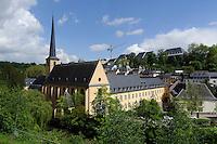 Blick von Corniche auf St. Jean Baptiste (Johannes) und Alzette in Grund, Stadt Luxemburg, Luxemburg
