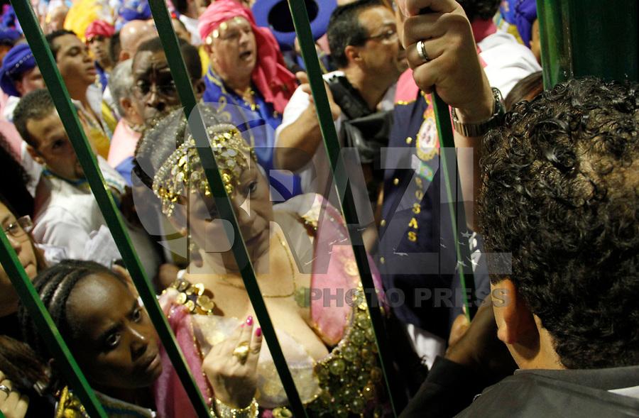 SÃO PAULO, SP, 04 DE MARÇO DE 2011 - CARNAVAL 2011 - Presidente da escola Angelina Basilio durante confusão com integrantes da Escola Rosas de Ouro que agridem imprensa após desfile do primeiro dia das escolas do Grupo Especial de São Paulo, no Sambódromo do Anhembi, zona norte da capital paulista, nesta sexta-feira. (FOTO: VANESSA CARVALHO / NEWS FREE).