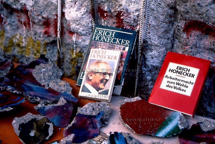 BERLINO / GERMANIA - 20 NOVEMBRE 1989.PEZZI DI MURO E LIBRI DI HONECKER IN VENDITA NEI PRESSI DEL CHECKPOINT CHARLIE..FOTO LIVIO SENIGALLIESI..BERLIN / GERMANY - 20 NOVEMBER 1989.PIECES OF BERLIN WALL AND BOOKS WRITTEN BY DDR PRESIDENT HONECKER SOLD NEAR CHECKPOINT CHARLIE..PHOTO BY LIVIO SENIGALLIESI