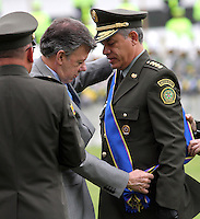 BOGOTA - COLOMBIA- 16 -05-2013: Graduación de 300 Alféreces a subtenientes en la Escuela General Santander de La Policia Nacional ,con la presencia del presidente de la república Juan Manuel Santos ,Juan Pinzón Ministro de Defensa y del director de la Policia Nacional General  José Roberto León Riaño ,quien fué condecorado con L Cruz de Boyaca´en su más alto grado por parte de Juan Mnuel Santos Presidente de Colombia . (Foto: VizzorImage / Felipe Caicedo / Staff). :  Inglés .Español .Portugués .Graduation of 300 Alféreces to lieutenants in Genaral Santander School of The National Plocia, with the presence of the President of the Republic Juan Manuel SantoGraduación 300 Ensigns to Lieutenants in the School of The General Santander National Police, with the presence of the President of the Republic Juan Manuel Santos, Juan Pinzon Minister of Defense and National Police Director General Jose Roberto Leon Riano, who was awarded the Cross of Boyaca 'in the highest degree by President Juan Manuel Santos of Colombia. .  (Foto: VizzorImage / Felipe Caicedo / Staff).
