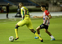 BARRANQUILLA - COLOMBIA, 05-03-2021: Fabian Sambueza de Atletico Junior y Elvis Mosquera de Atletico Bucaramanga disputan el balon, durante partido entre Atletico Junior y Atletico Bucaramanga, de la fecha 11 por la Liga BetPlay DIMAYOR I 2021 jugado en el estadio Metropolitano Roberto Melendez de la ciudad de Barranquilla. / Fabian Sambueza of Atletico Junior and Elvis Mosquera of Atletico Bucaramanga battle for the ball, during a match between Atletico Junior and Atletico Bucaramanga of the 11th date for BetPlay DIMAYOR I 2021 League played at the Metropolitano Roberto Melendez Stadium in Barranquilla city. / Photo: VizzorImage / Jairo Cassiani / Cont.