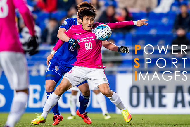 Kitchee Defender Kim Bongjin (R) fights for the ball with Ulsan Hyundai Forward Lee Jongho (L) during their AFC Champions League 2017 Playoff Stage match between Ulsan Hyundai FC (KOR) vs Kitchee SC (HKG) at the Ulsan Munsu Football Stadium on 07 February 2017 in Ulsan, South Korea. Photo by Chung Yan Man / Power Sport Images