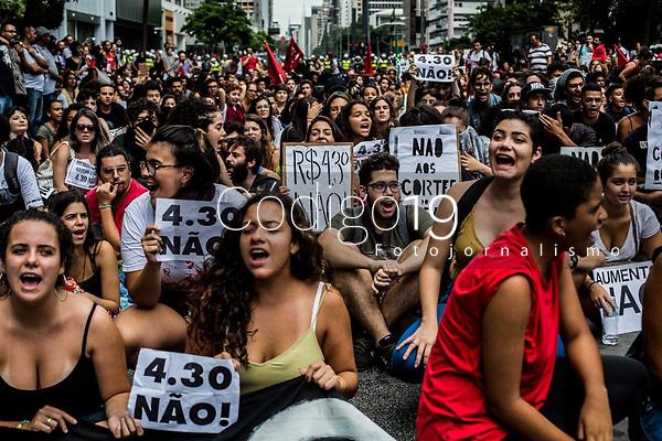 Sao Paulo, 16.01.2019 - ATO CONTRA O AUMENTO - O MPL (Movimento Passe Livre) organizou na tarde desta quarta-feira (16), o segundo grande ato contra o aumento das tarifas do transporte publico, na regiao da avenida Paulista, em Sao Paulo; novos valores, de R$ 4,30, passaram a vigorar no ultimo dia 7.  (Foto: Carla Carniel/Código19)