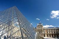 FRANCIA -  Parigi Museo del Louvre Piramide (arch. Pei  1989 ) entrata al Museo costituita di vetro, acciaio e cavi