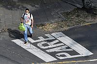 CALI - COLOMBIA, 25-03-2020: Un hombre camina por las desoladas calle de Cali durante el primer día de la cuarentena total en el territorio colombiano causada por la pandemia  del Coronavirus, COVID-19 / A man walks through the empty streets of Cali during the first day of the total quarantine in Colombian territory caused by the Coronavirus pandemic, COVID-19. Photo: VizzorImage / Gabriel Aponte / Staff