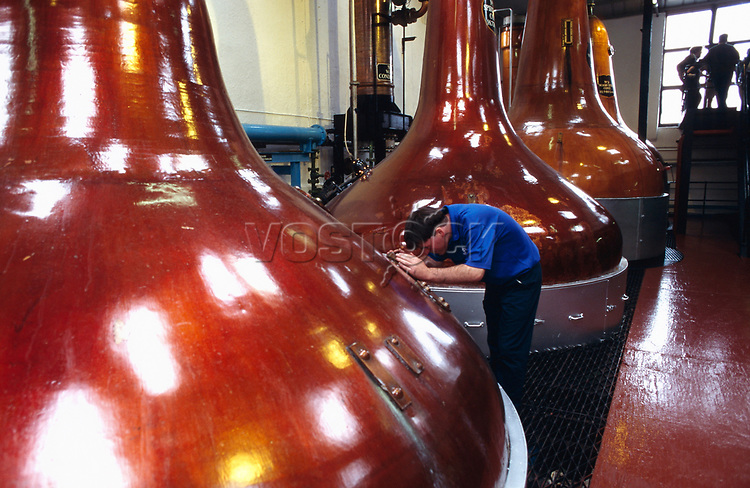 Europe, Great Britain, Scotland, Isle of Islay, Bowmore-Distillery, production of Single Malt Whisky, Distillery, stillhouse, still pots.- Europa, Grossbritannien, Schottland, Isle of Islay, Bowmore- Destillerie, Single Malt Whiskyproduktion, Brennerei, Destille, Kupferkessel.2003.Copyright: Dorothea Schmid / Agentur laif(Bildtechnik: sRGB, 52.86 MByte vorhanden)