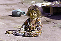 Iran 1974.Camp de réfugiés kurdes à Nelliwan, une petite fille.Iran 1974.Kurdish refugees' camp in Nelliwan and a little girl