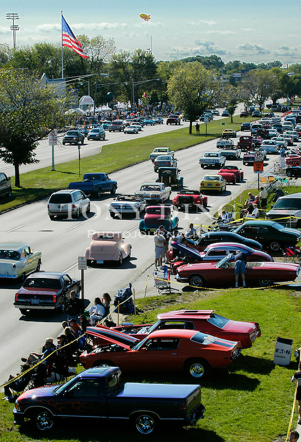 Cruise traffic heading south on Woodward in Royal Oak, MI seen from the roof of Duggan's Irish Pub for the 10th Anniversary Woodward Dream Cruise on Saturday, August 21, 2004. (Photo by TONY DING).