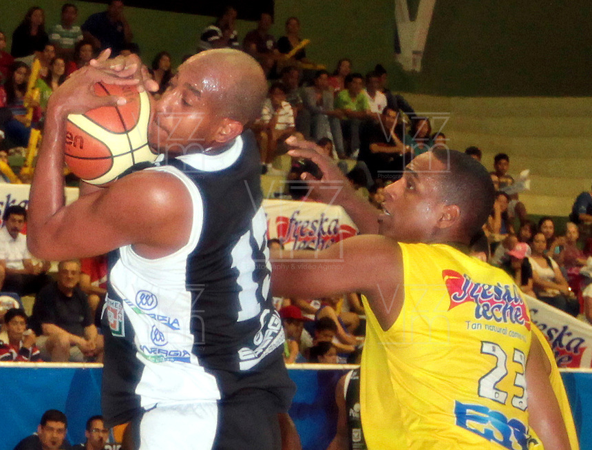BUCARAMANGA -COLOMBIA, 25-03-2013. Fuentes Pitawa de Piratas gana el rebote a John Vélez de Búcaros en partido de la décimanovena fecha de la Liga DirecTV de baloncesto profesional colombiano disputado en la ciudad de Bucaramanga./  Fuentes Pitawa win the rebound to John Velez of Bucaros during game of the nineteenth date of the DirecTV League of professional Basketball of Colombia at Bucaramanga city. Photo:VizzorImage / Jaime Moreno / STR