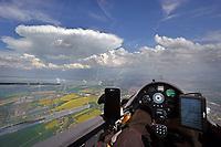 Blick aus einem Cockpit eines Segelflugzeugs: EUROPA, DEUTSCHLAND, SACHSEN, (EUROPE, GERMANY), 10.05.2018: Blick aus einem Cockpit eines Segelflugzeugs. Ein Gewitter baut sich zweischen Polen und Deutschland auf. Vorraus Görlitz