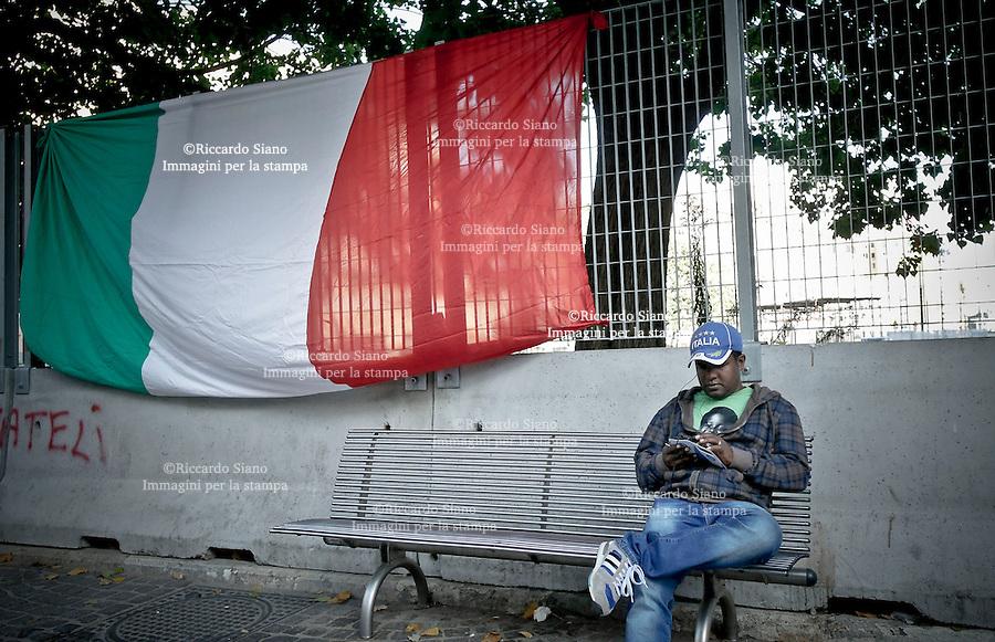 - NAPOLI 7 OTT 2014 -   extracomunitario accanto la bandiera italiana