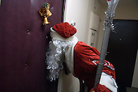 RUSSLAND, Moskau, 12.2007. ©  Sergey Kozmin/EST&OST.Weihnachten mit Vaeterchen Frost. Hausbesuch bei Kindern im Plattenbau.   Christmas with Father Frost. Visiting children in their prefab block flats.