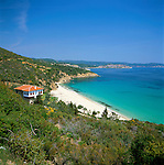 Greece, Central Macedonia, Chalkidiki, Pyrgadikia: village on Sithonia Peninsula, secluded sandy beach | Griechenland, Zentralmakedonien, Chalkidiki, Pyrgadikia: Dorf auf der Halbinsel Sithonia, einsame Badebucht mit Sandstrand