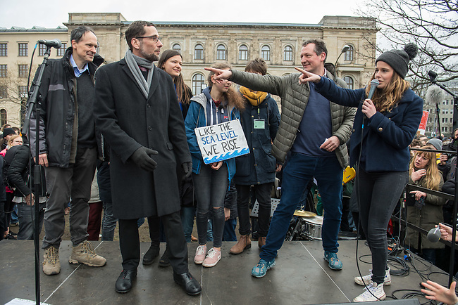 """Schuelerstreik und Demonstration """"Fridays4Future"""" (#f4f) in Berlin.<br /> Ca. 15.000 Menschen, hauptsaechlich Schuelerinnen und Schuler kamen am Freitag den 15. Maerz 2019 in Berlin zur woechentlichen Klimademonstration um gegen die Klimapolitik der Bundesegierung zu protestieren. Erstmals wurden sie dabei von Eltern (""""Parents for Future"""") und Wissenschaftlern (""""Scientist for Future"""") unterstuetzt.<br /> An diesem Freitag streikten Schuelerinnen und Schueler weltweit  in mehr als 1650 Staedten fuer ein umdenken in der Klimapolitik.<br /> Links im Bild: Professor Volker Quaschning (""""Scientist for Future"""")<br /> Rechts im Bild: Luisa Neubauer, Schueleraktivistin aus Berlin.<br /> 2.vr.: Der Artz und Wissenschaftler Eckart von Hirschhausen (""""Scientist for Future"""").<br /> 15.3.2019, Berlin<br /> Copyright: Christian-Ditsch.de<br /> [Inhaltsveraendernde Manipulation des Fotos nur nach ausdruecklicher Genehmigung des Fotografen. Vereinbarungen ueber Abtretung von Persoenlichkeitsrechten/Model Release der abgebildeten Person/Personen liegen nicht vor. NO MODEL RELEASE! Nur fuer Redaktionelle Zwecke. Don't publish without copyright Christian-Ditsch.de, Veroeffentlichung nur mit Fotografennennung, sowie gegen Honorar, MwSt. und Beleg. Konto: I N G - D i B a, IBAN DE58500105175400192269, BIC INGDDEFFXXX, Kontakt: post@christian-ditsch.de<br /> Bei der Bearbeitung der Dateiinformationen darf die Urheberkennzeichnung in den EXIF- und  IPTC-Daten nicht entfernt werden, diese sind in digitalen Medien nach §95c UrhG rechtlich geschuetzt. Der Urhebervermerk wird gemaess §13 UrhG verlangt.]"""