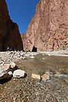 Morocco, High Atlas mountains, near Tineghir: hiking at Todra Gorge showing river and red cliffs | Marokko, Hoher Atlas, bei Tineghir: Wandern in der Todra Schlucht, vom Fluss Todra herausgewaschener Canon mit roten Klippen