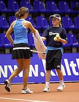 10-12-09, Rotterdam, Tennis, REAAL Tennis Masters 2009, Quirine Lemoine   geeft haar handdoek aan een ballenmeisje