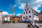 Deutschland, Bayern, Unterfranken, Main-Spessart, Karlstadt: Blick ueber den Marktplatz zum historischen Rathaus mit Ratskeller | Germany, Bavaria, Lower Franconia, Main-Spessart, Karlstadt:  view across market square towards historic town hall