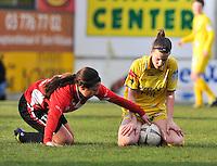 1/2 Halve finale Beker van Belgie ; Waasland Beveren Sinaai Girls - Standard Femina de Liege : Vanity Lewerissa probeert Steffi De Pelsmaeker de bal te ontfutselen .foto DAVID CATRY / Vrouwenteam.be