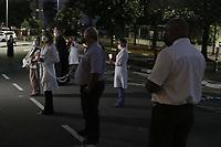 """Campinas (SP), 30/03/2021 - Oracao/Hospital - Os profissionais de saude do Hospital PUC-Campinas rezam, na noite desta terca-feira (30), em frente ao ambulatorio do SUS (area externa) o Terco Luminoso pela saude dos pacientes, familiares e pelos proprios profissionais, neste momento da pandemia. """"Estamos nos unindo em oracao e fe pela vida de todos """", ressalta o superintendente do Hospital, Antonio Celso de Moraes. <br /><br />Esteve presente o Arcebispo Metropolitano de Campinas, Dom Joao Inacio Muller. (Foto: Denny Cesare/Codigo 19/Codigo 19)"""