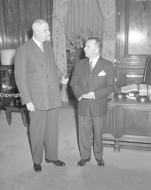 Le general Charles de Gaulle discutant avec le maire Sarto Fournier,Le 21 avril 1960.