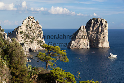 Italy, Campania, Capri: Faraglioni rocks | Italien, Kampanien, Provinz Neapel, Capri: Felsformation Faraglioni