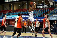 31-03-2021: Basketbal: Donar Groningen v ZZ Feyenoord: Groningen , Donar speler Nesta Agasi  op weg naar de basket rechts kijkt Feyenoord speler Jeroen van der List toe