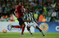 MEDELLIN- COLOMBIA - 24-11-2016: Andres Ibargüen (Der.) jugador de Atletico Nacional de Colombia de disputa el balon con Marcos Caceres (Izq.) jugador de Cerro Porteño de Paraguay, durante partido de vuelta entre Atletico Nacional de Colombia y Cerro Porteño de Paraguay por las semifinales de la Copa Suramericana en el estadio Atanasio Girardot de la ciudad de Medellin.  / Andres Ibargüen (R) player of Atletico Nacional de Colombia vies for the ball with Marcos Caceres (L) player of Cerro Porteño of Paraguay during a match between Atletico Nacional of Colombia and Cerro Porteño of Paraguay for the second leg of the semifinals of the South American Cup at the Atanasio Girardot stadium in the city of Medellin. Photo: VizzorImage / Leon Monsalve / Cont.