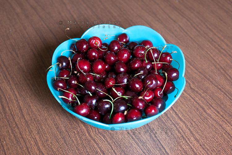 Vassoio di ciliege --- Tray of cherries