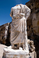 Nordzypern, antike Stadt Salamis, kopflose Statuen im römischen Gymnasium, den Statuen aus dem Gymnasium wurden in christlicher Zeit die Köpfe abgeschlagen.