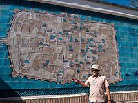 Touristenführer vor Plan der Altstadt Ichan Qala,  Xiva, Usbekistan, Asien<br /> Tourist Guide in front map of historic city Ichan Qala,  Chiwa, Uzbekistan, Asia