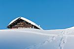 Italien, Suedtirol, Groednertal, oberhalb Wolkenstein, eingeschneite Huette am Groednerjoch, Passhoehe 2.585 m | Italy, Alto Adige - Trentino, South Tyrol, above Selva di Val Gardena: snowed in hut at passroad Passo Gardena (2.585 m)