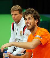 06-02-12, Netherlands,Tennis, Den Bosch, Daviscup Netherlands-Finland, Training, Robin Haase is goed gemutst op de achtergrond captain Jan Siemerink