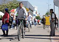 BOGOTÁ-07-02-2013. Ciclistas viajan por una cicloruta hoy durante el Día sin Carro en Bogotá./ Bikers ride along the bike path today during the Car Free Day in Bogotá.  Photo: VizzorImage/STR
