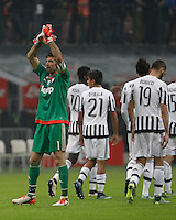 Calcio, Serie A: Inter vs Juventus. Milano, stadio San Siro, 18 ottobre 2015. <br /> Juventus's Gianluigi Buffon, left, greets fans at the end of the Italian Serie A football match between FC Inter and Juventus, at Milan's San Siro stadium, 18 October 2015. The game ended 0-0.<br /> UPDATE IMAGES PRESS/Isabella Bonotto